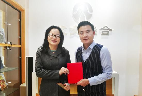 左:晶石灵品牌创始人何秋良 右:文交联合联合创始人银志