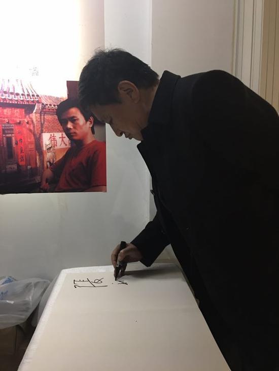 中国油画学会副主席张祖英莅临开幕现场并签名