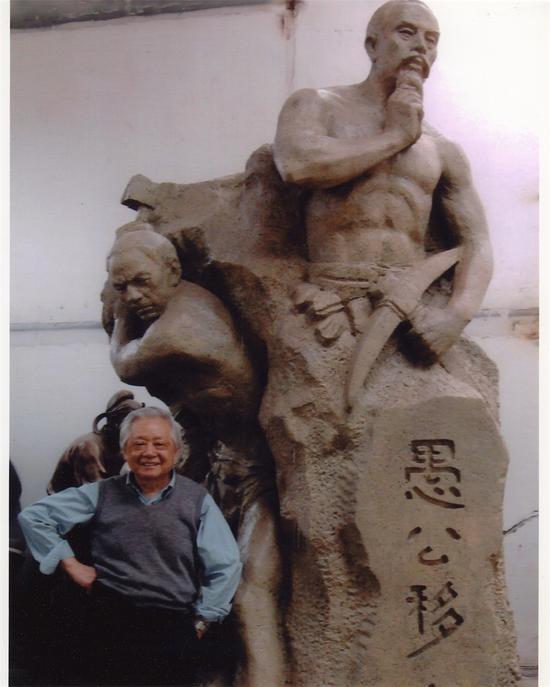 盛杨与其雕塑作品《愚公移山》
