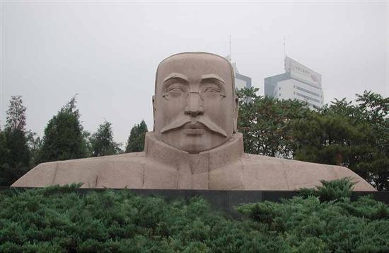 钱绍武《李大钊像》 花岗岩 750cm×400cm 1991年