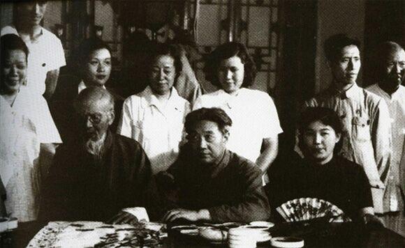 前排从左至右:齐白石,徐悲鸿,新凤霞;后排从左至右:武德萱,郭秀仪,胡洁青,廖静文,董希文,于非厂
