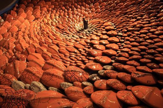 郅敏 《河图洛书—黄河》,材料:陶瓷、金属