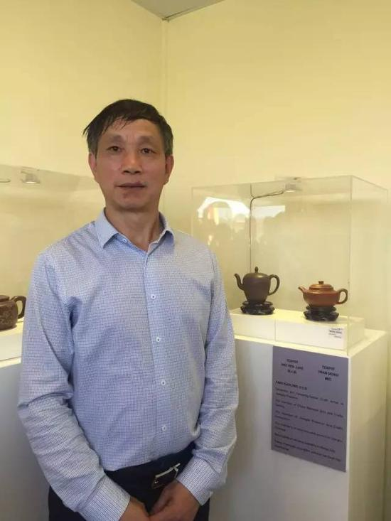 江苏省陶瓷艺术名人——方小龙 参展作品:《美人肩壶》、《碗灯壶》