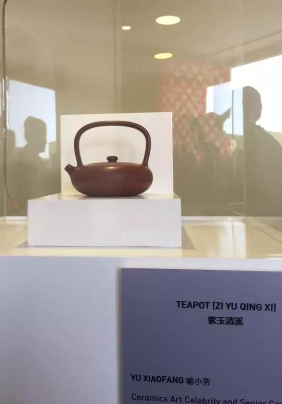 江苏省陶瓷艺术大师——喻小芳 参展作品:《紫玉清溪壶》