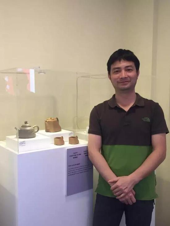 工艺美术师——唐朝军 参展作品:《浪腾鱼跃壶》、《唐风雅韵壶》