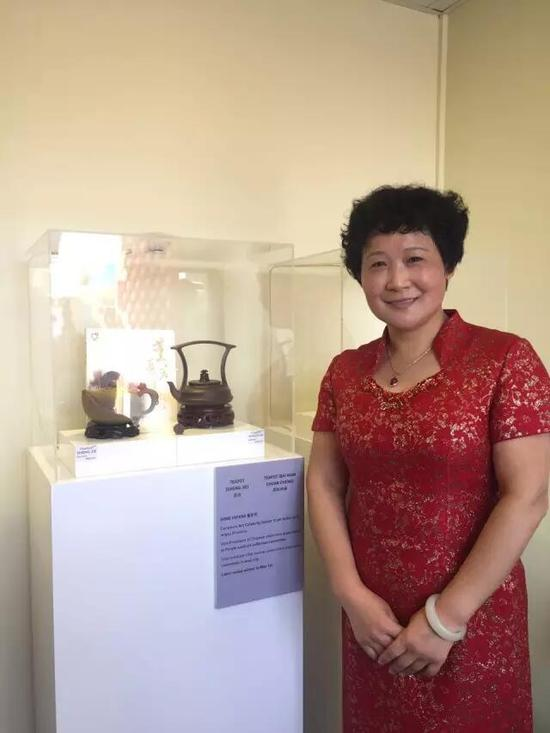 江苏省陶瓷艺术名人——董亚芳 参展作品:《圣洁壶》、《百年传承壶》