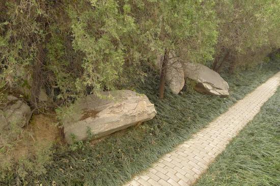 图9散落山脚下的石材
