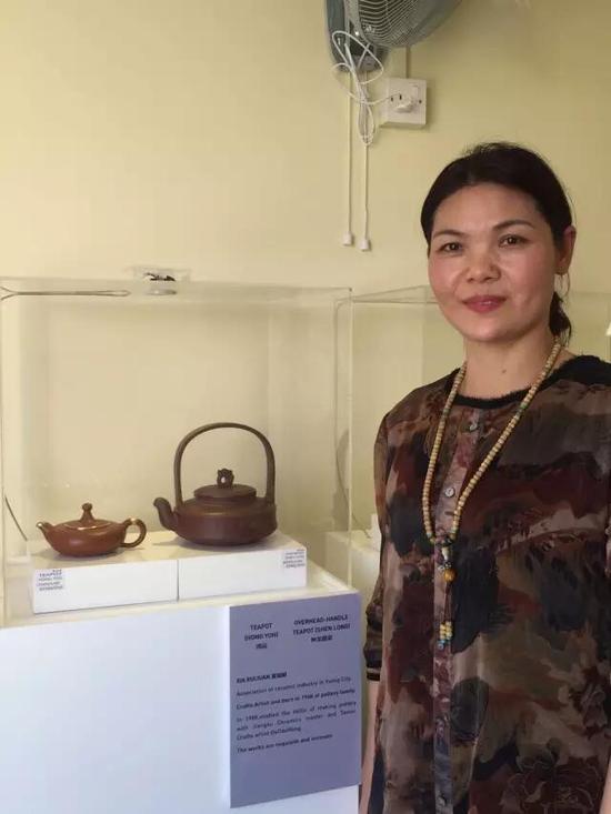 工艺美术师——夏瑞娟 参展作品:《鸿运壶》、《神龙提梁壶》
