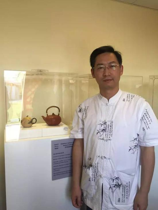 江苏省陶瓷艺术大师——姚志源 参展作品:《雅梨壶》、《软耳南瓜提梁壶》