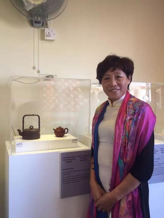 高级工艺美术师——吴芳娣 参展作品:《清风提梁壶》、《小圆竹壶》