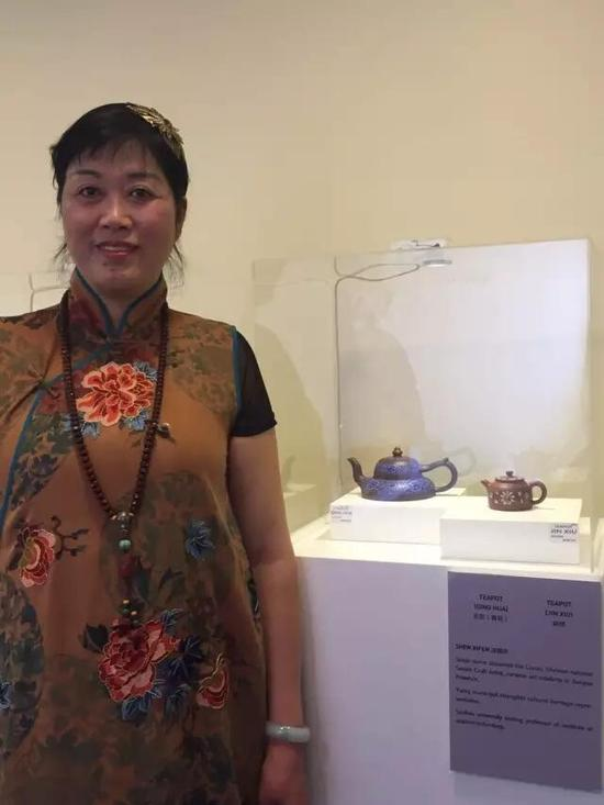 江苏省陶瓷艺术名人——沈锡芬 参展作品:《玉笠壶》(青花)、《锦绣壶》