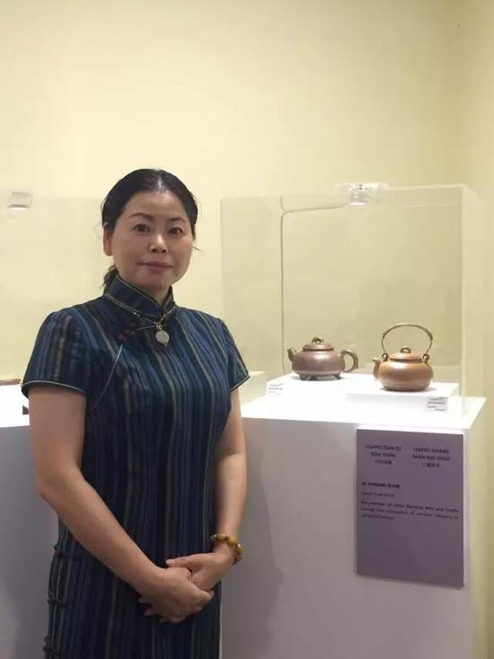 工艺美术师——贺红梅 参展作品:《三足线圆壶》、《上善若水壶》