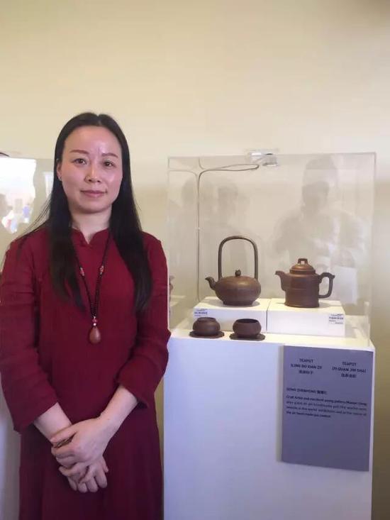 工艺美术师——董震红 参展作品:《凌波仙子壶》、《逸泉金砂壶》