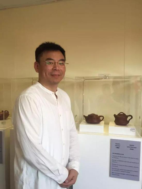 江苏省陶瓷艺术大师、江苏省工艺美术大师——史小明 参展作品:《石瓢壶》、《皮包壶》