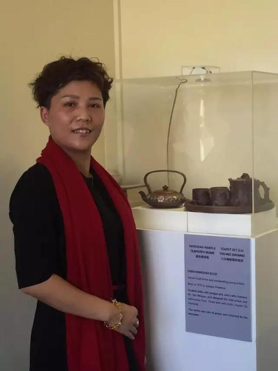 助理工艺美术师——陈红珍 参展作品:《福泉提梁壶》、《六头梅桩壶紫砂套具》