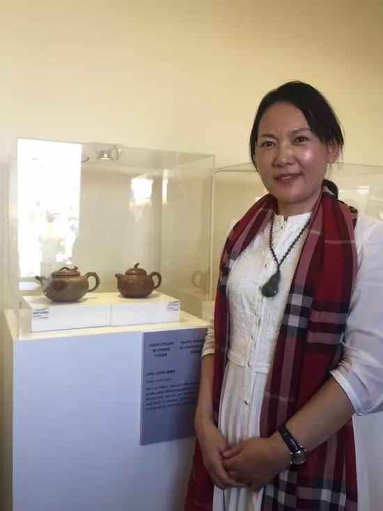 高级工艺美术师——周菊英 参展作品:《牡丹迎春壶》、《淡菊香飘壶》