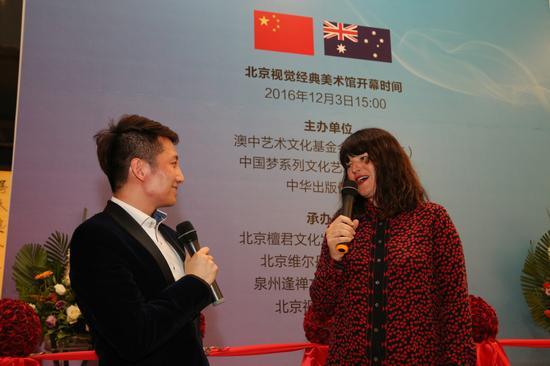 澳洲艺术家代表菲澳娜洛瑞女士在画展开幕上致辞