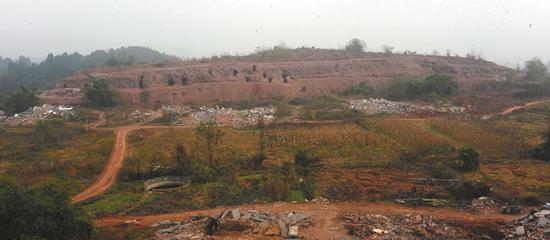 崖墓所在山崖远景。