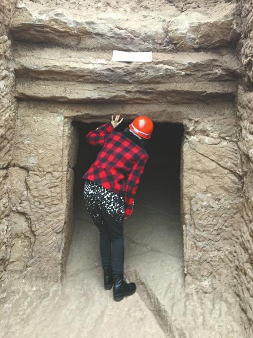 进入崖墓得低头弯腰
