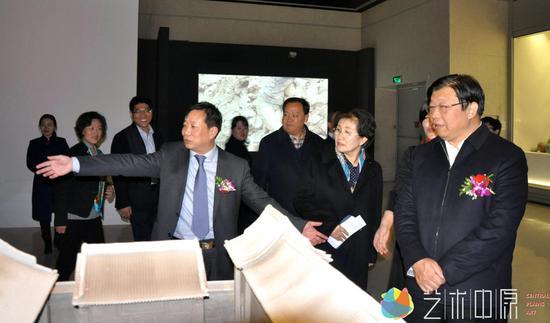 河南省人民政府副省长张广智等领导(右一)观看展览