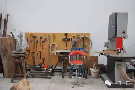 梁好工作室中雕塑工具