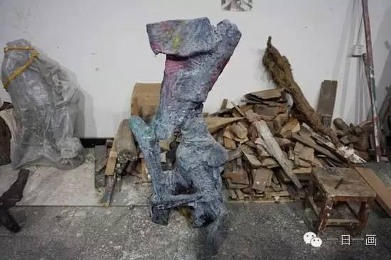 张立涛雕塑以及堆积的材料