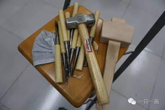 史玉龙创作作品正在使用的工具