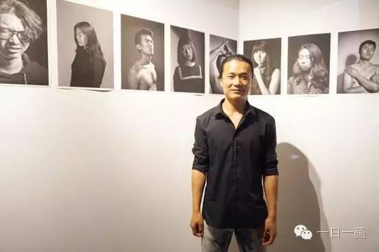 张绍华在摄影作品前