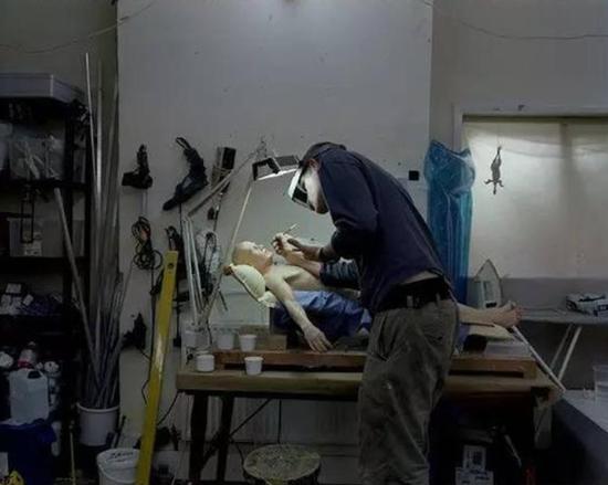 Ron Mueck在他的工作室