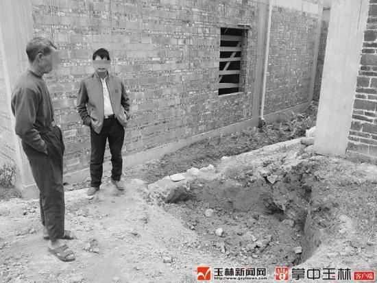 村民苏某兴(左)说,木材就是在这泥坑挖到的