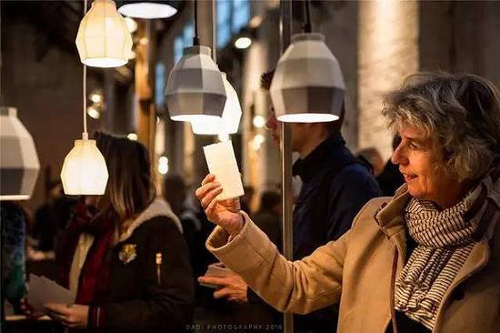 #参观者在欣赏Yvon Visser的灯饰作品 #