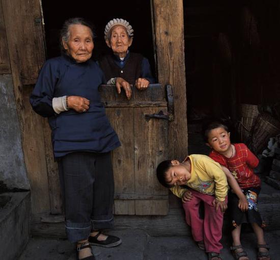 何军 《老人与小孩》 100X100cm 摄影 2004年