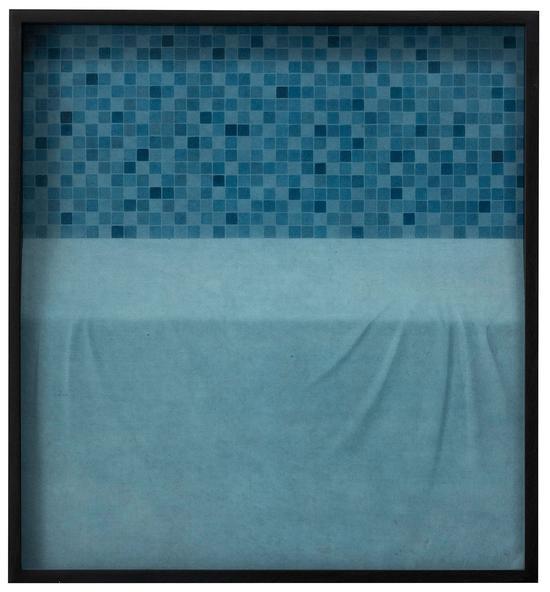 《深蓝马赛克浅蓝桌面(a型)》 65×60厘米 纸本设色 木刻浮雕 杭春晖 2016年