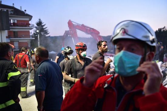 8月25日,意大利中部城镇阿马特里切发生地震,急救人员在现场寻找幸存者。