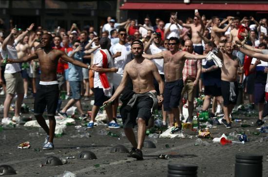 6月11日,在马赛进行的英国对阵俄罗斯的球赛中,英国球迷在场外扔瓶子。