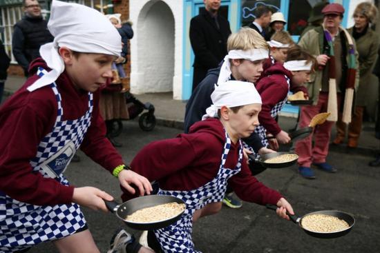 2月9日,英国白金汉郡的学生参加煎饼大赛。