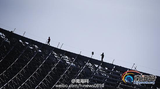 工人正在施工