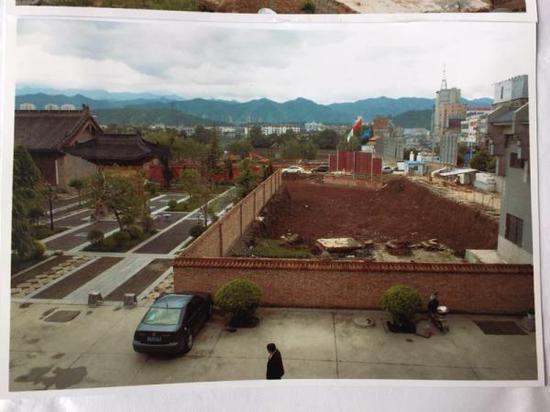 开发商曾占据大云寺两亩多土地进行建设,并挖出三米深的基坑。澎湃新闻翻拍自商洛市博物馆提供的资料照片