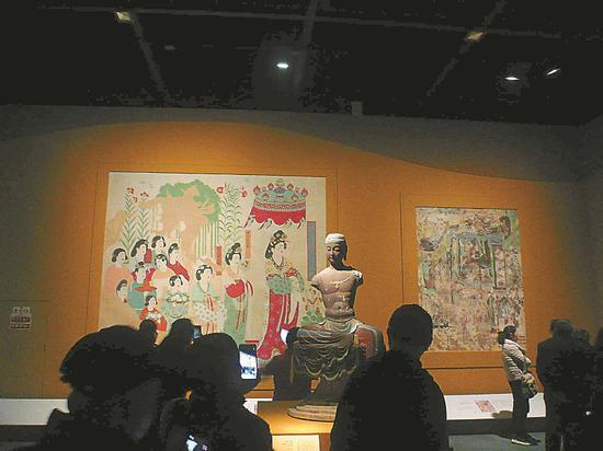 """12月27日,""""丝路之魂""""文物特展,观众观看石窟石像画像。王俊 摄"""
