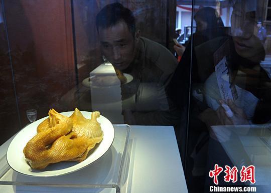 """民众参观寿山石""""卤鸭""""。 张斌 摄"""