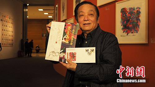 韩美林现场展示《丁酉年》首日封和《吉星高照》大版折。主办方供图
