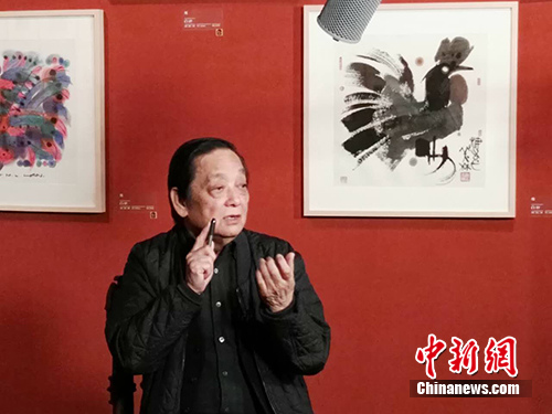 韩美林现场讲述《丁酉年》生肖开元棋牌游戏权威排行邮品创作故事。中新网记者 宋宇晟 摄