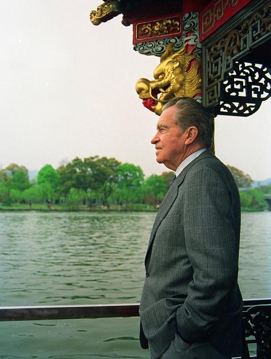 邱建华《客从远方来-美国前总统尼克松重游西湖》,85x62cm,摄影1993年