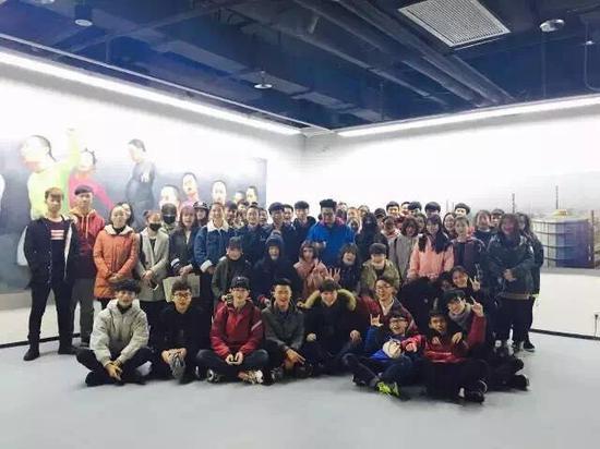 南京旅游职业学院师生参观美展-第三届南京国际美展热度不减