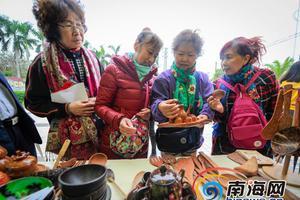 文昌椰雕工艺品受欢迎 游客纷纷争相购买