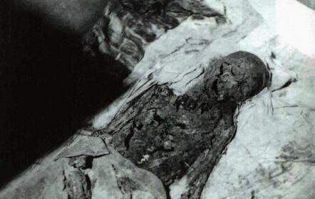1928年,孙殿英率军队炸开定东陵,曝出慈禧已腐朽的尸体。