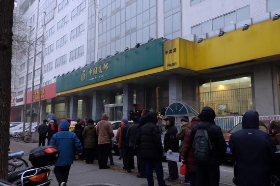 门店外有序排队等候购买的集邮爱好者