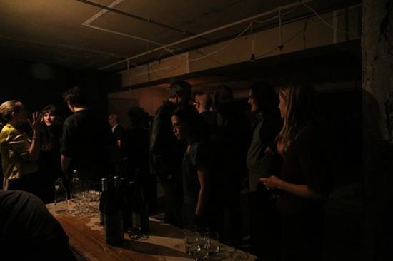幽暗的空廊展览开幕式。图片来源:空廊