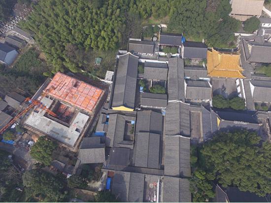 通过无人机高空俯拍获取的案发现场全貌