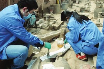 在兵马俑一号坑,文保技术人员在用薄荷醇加固一处竹柲遗迹。(秦始皇帝陵博物院文物保护部供图)